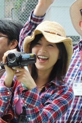 笑顔でビデオカメラを構える酒井法子