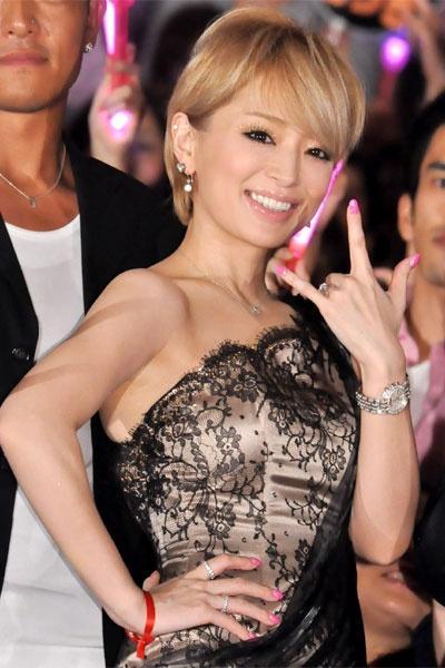 浜崎あゆみ、左手薬指にダイヤの指輪!笑顔で舞台挨拶に登場