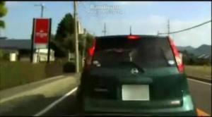 ニコニコ生放送で車載放送中にPC操作に気を取られて前方の車に激突!