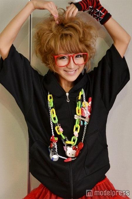 赤いメガネにおちゃらけポーズの鈴木奈々