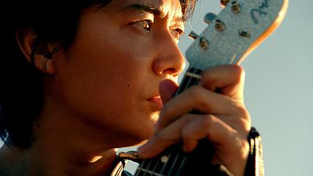 ギターを弾く福山雅治
