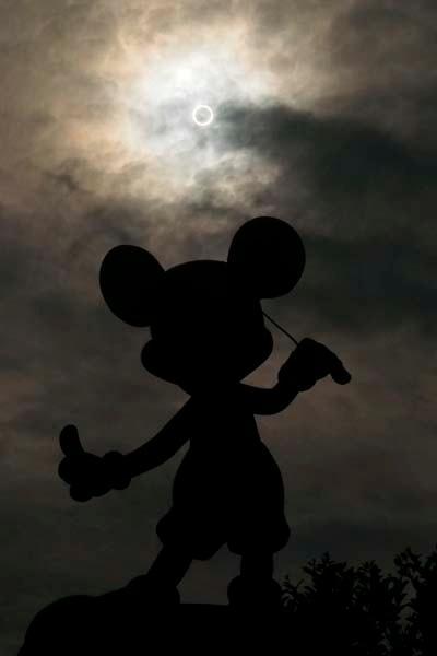 東京ディズニーランドで見る「金環日食」、幻想的な写真公開