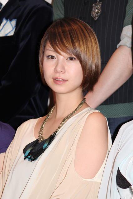 流れるラインが美しいショートヘアで、珍しい羽のネックレスをする田中美保