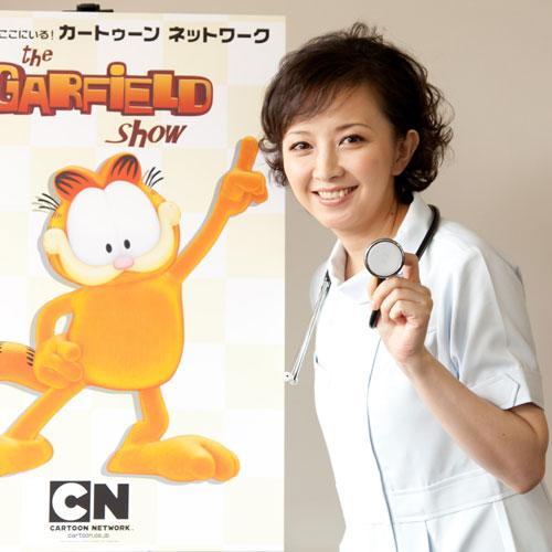白衣を着て笑顔で聴診器を持つ高橋由美子