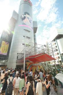 PerfumeのメリーゴーランドPerfume GO-ROUNDが渋谷の街に出現
