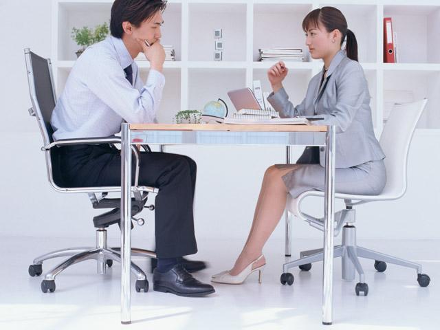 約半数の男子が「思わずチラ見する」!? 職場で気になる女性にしてしまう行動