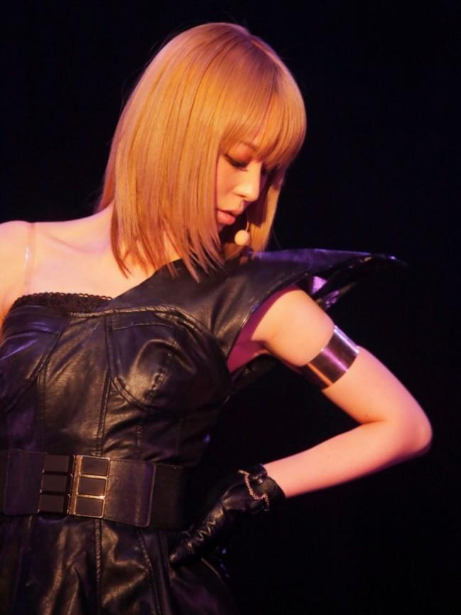 平野綾キャットウーマン風衣装で初パフォーマンス!セクシーな肩見せ披露