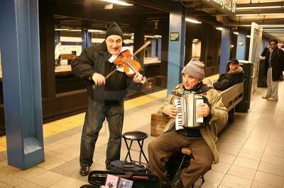 【心理実験】「本物のプロ」が道ばたで3.5億円のバイオリンで演奏→「誰も見向きもしない」