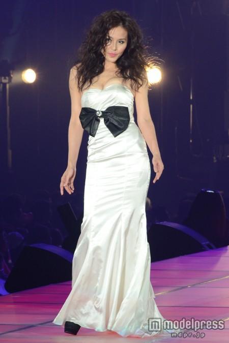 格好よさの中にも可愛さのあるドレス姿の杉本彩