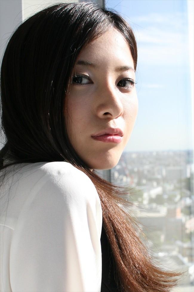 窓辺で振り向く吉高由里子