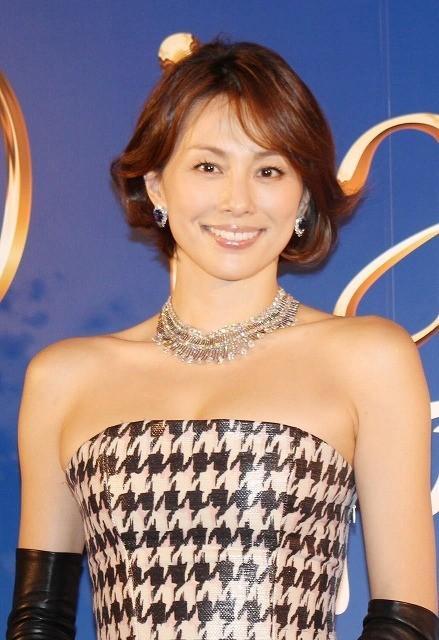 煌びやかなドレスの米倉涼子