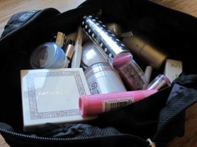 化粧品を最後まで使い切る節約術―「チークにヴァセリンを混ぜてリップグロスに」