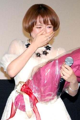 大原 櫻子 佐藤健 佐藤健「理子役が君でよかった」サプライズ花束に大原櫻子が大号泣!