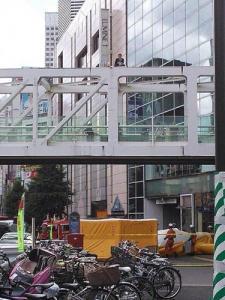 【動画あり】JR新宿駅南口で男が焼身自殺騒動 集団的自衛権反対を訴える?