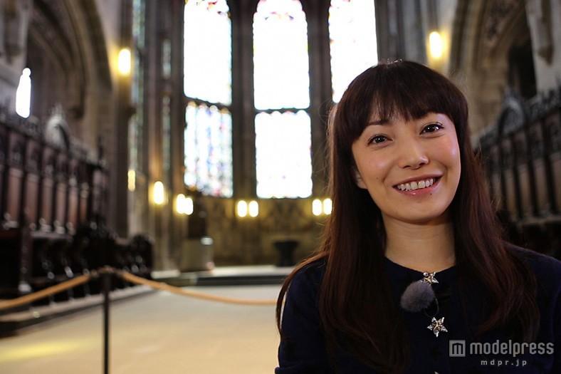 教会の中で笑顔を見せる菅野美穂