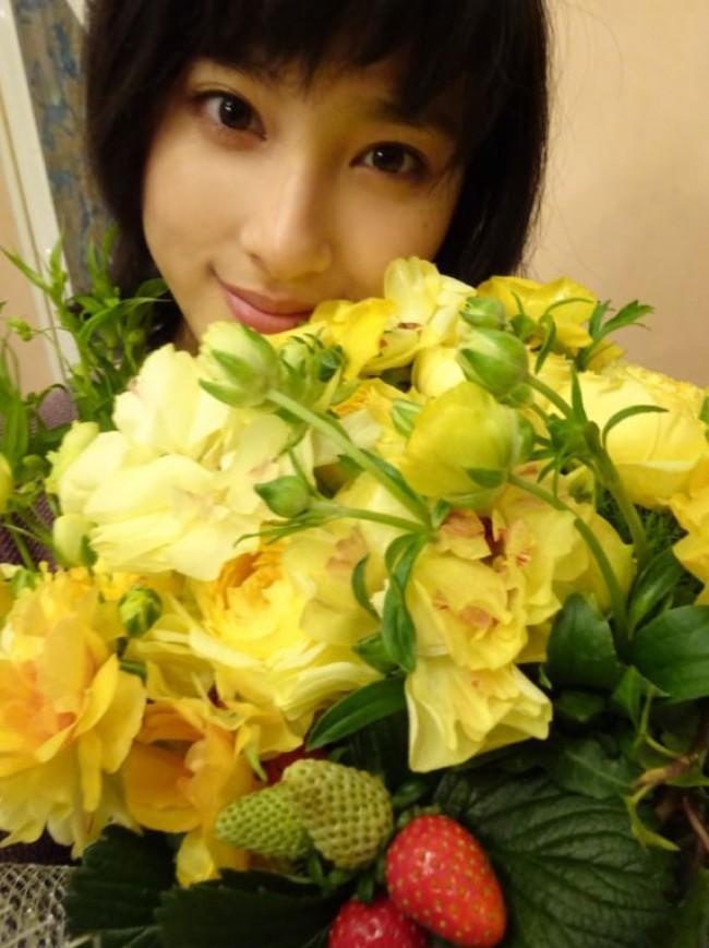 黄色い花の花束を手に持つ元気いっぱいの土屋太鳳