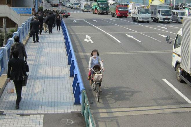 自転車の 自転車の事故 : 自転車は右側通行禁止」の ...