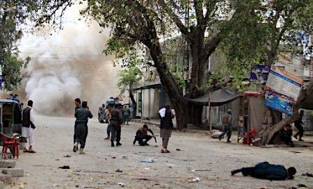 アフガン 自爆テロで33人死亡