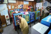 駄菓子屋ゲーム博物館 アナログゲーム機100台超を収集展示