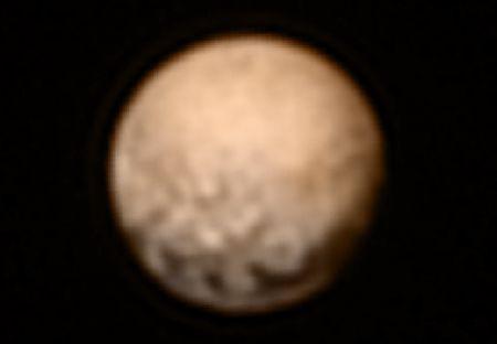 冥王星、茶色い姿 探査機撮影