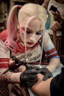 最強犯罪集団『スーサイド・スクワッド』、メンバーがタトゥーを彫りあって