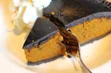 【強そう】ハードロックカフェに漆黒のタルトが降臨--かぼちゃたっぷり「ハロウィン バーガー」も!