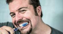 幼少期から黒ずんでいる歯茎…健康的なピンク色にするには?