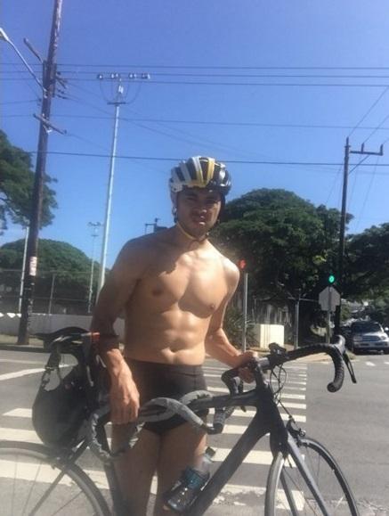 小島よしお オアフ島で自転車パンクも「芸人魂」見せる