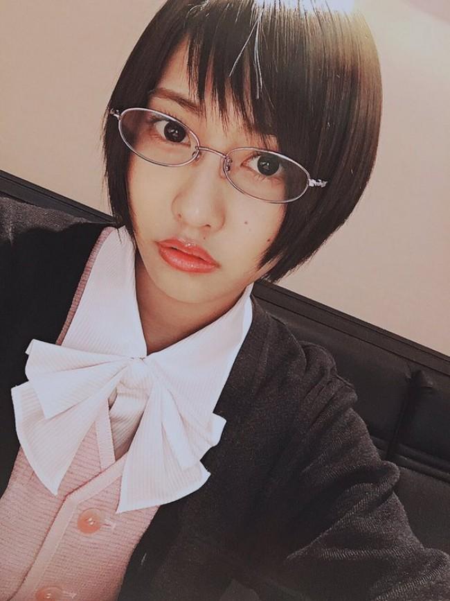 佐野ひなこ、ショートヘア&メガネで大変身!『ダメ恋』深キョンの同僚役