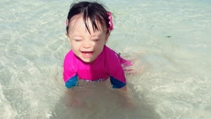 蛯原英里 海の中でハイハイする娘公開「可愛すぎ」と称賛
