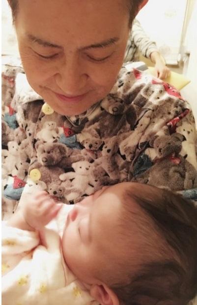 加藤茶 義弟の子を抱いてあやす写真公開「まるでパパ」の声