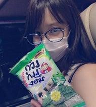 AKB永尾まりや 機内ですっぴん眼鏡にマスクの写真公開