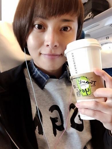 ノーメイクでコーヒーを持つ上田まりえ