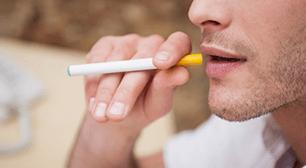歯磨きしても口が臭い…喫煙と口臭は関係あるのか?