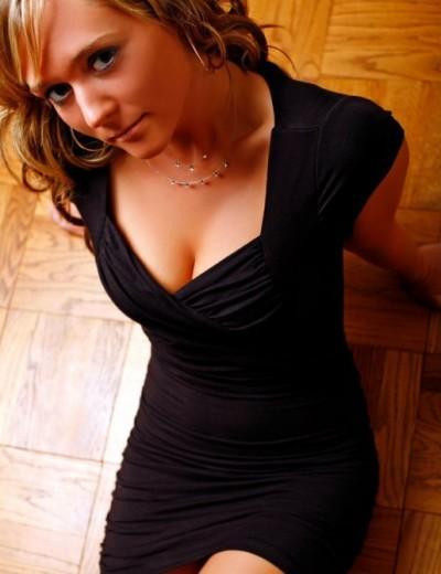 「胸元が広いトップス」or「ミニスカート」男性が好きな服装はどっち?⇒63%が〇〇〇〇!