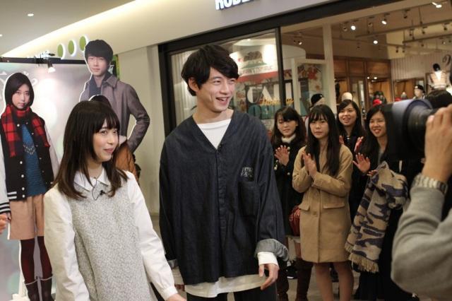 坂口健太郎&森川葵、『いつ恋』展示会にサプライズ登場 ファンから大歓声