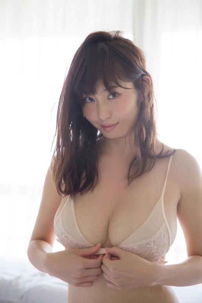 東北人気No.1女子アナ、Gカップボディを披露 塩地美澄ファースト写真集発売