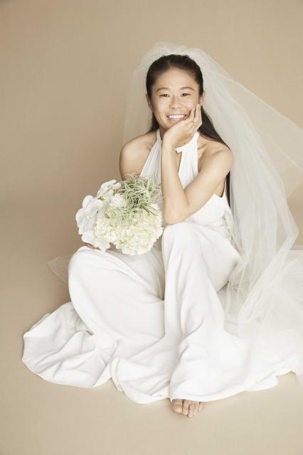 澤穂希、純白ドレスで笑顔 挙式・披露宴は「1年後を予定」