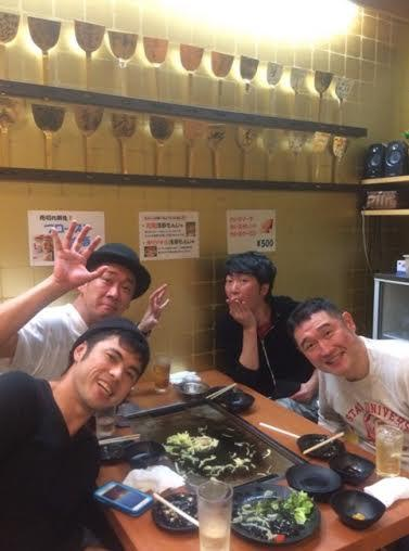 小島よしお 東MAXの店でチャリティーライブ打ち上げ写真公開