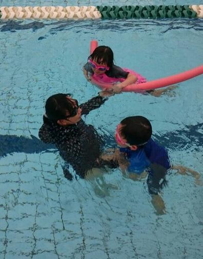 出産間近の東尾理子 プールで子供たちと遊ぶ姿を公開