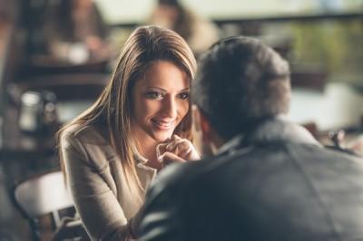 【男女のちがい】「恋人を持ち上げる人」VS「ネタにする人」どっちが好感が持てる?