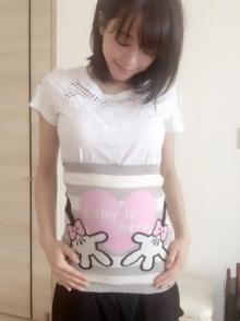 釈由美子 8カ月のお腹にディズニー腹巻きをした姿公開