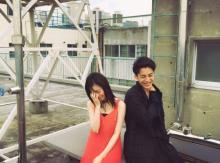 島崎遥香、『ホーンテッド・キャンパス』大野拓朗と照れた笑顔で2ショット披露