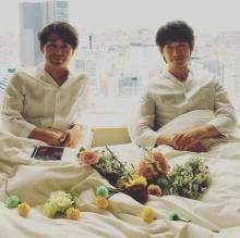 安田顕&ディーン・フジオカ、ベッドでの2ショット写真公開