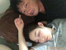 マック鈴木が妻・小原正子に腕枕する写真を公開