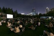 モエ・エ・シャンドン飲みながら芝生で映画鑑賞 東京ミッドタウンに無料シネマ
