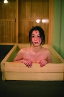 佐々木希、プライベート感たっぷり写真集発売 入浴シーンや下着カットも