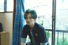 松坂桃李が緑髪のバンドマンに 主演映画『キセキ』場面写真が公開