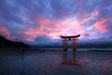 世界遺産厳島神社、日没後の一瞬の奇跡のような光景