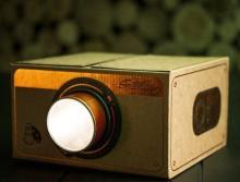 映写機みたいなデザインのスマホ用プロジェクター「Smartphone Projector 2.0」―昔の映画とか、観てみる?